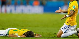Der brasilianische Superstar liegt im Spiel gegen Kolumbien schwer verletzt auf dem Boden. Marcelo eilt herbei.