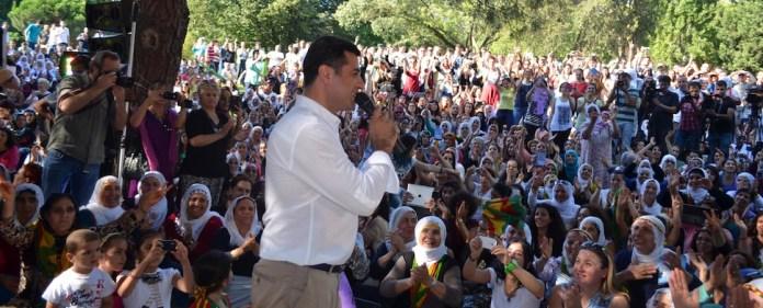 Wenige Tage vor der ersten Runde der Präsidentschaftswahlen in der Türkei zeigt sich HDP-Kandidat Selahattin Demirtaş optimistisch. Vor Anhängern in Hatay übt er scharfe Kritik an der Syrienpolitik der türkischen Regierung.