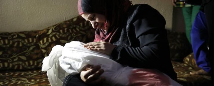Gaza: Eine Mutter nimmt Abschied von ihrem getöteten Kind.