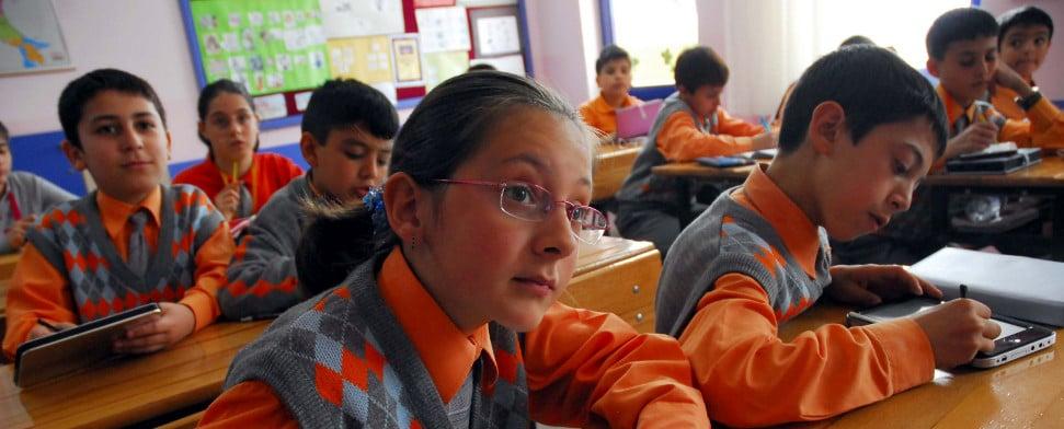 Neuer Dresscode an türkischen Schulen: Kopftücher erlaubt, Tattoos ...