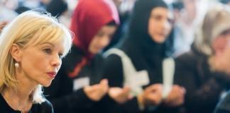 Die Integrationsbeauftrage von Niedersachsen, Doris Schröder-Köpf sitzt am 19.09.2014 in der Moschee Ey¸p Sultan Camii in Ronnenberg in der Region Hannover (dpa)