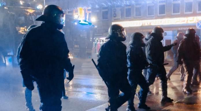 Polizisten lösen, unterstützt von Wasserwerfern, am 08.10.2014 in Hamburg auf dem Steindamm eine Demonstration von Kurden auf. Bei einer Ausschreitungen zwischen Kurden und radikalen Muslimen sind in Hamburg mehrere Menschen verletzt worden.