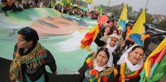 Einige der kurdischen Demonstranten in Düsseldorf forderten die Freilassung des in der Türkei inhaftierten PKK-Führers Abdullah Öcalan. Die PKK ist auch in Deutschland verboten. (dpa)