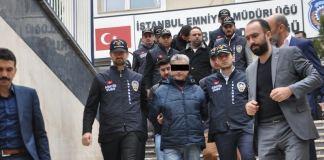 Polizisten in Istanbul führen einen Verdächtigen ab.