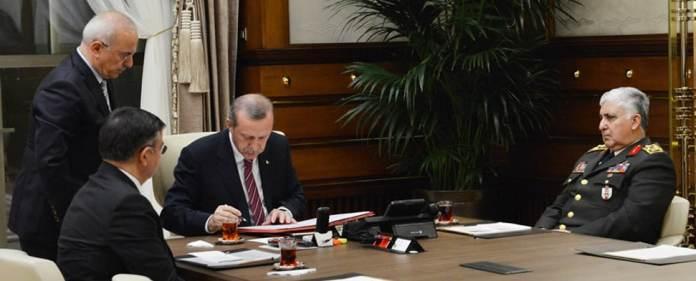 Der türkische Staatspräsident Erdoğan unterzeichnet die Beschlüsse des Obersten Militärrates.
