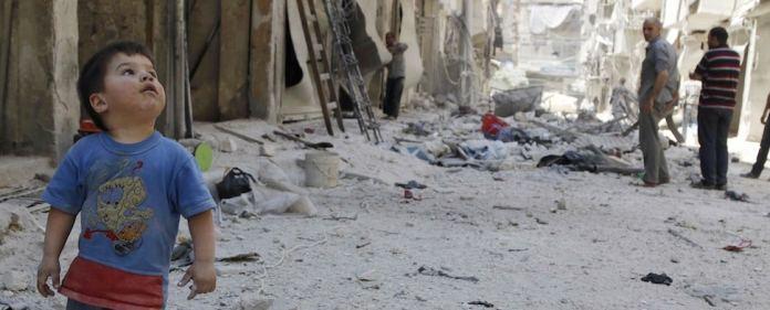 Ein kleiner Junge in Aleppo blickt zum Himmel. Von dort schoss ein Kampfjet auf das Wohnviertel Tareq al-Bab.