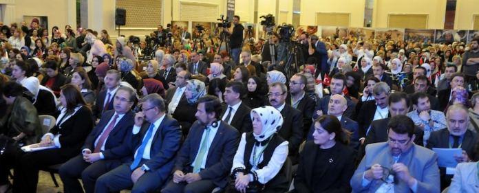 İlhan Çulha, ein Mitarbeiter der Nachrichtenagentur Cihan, wurde am vergangenen Montag aus dem Saal komplimentiert, während Sare Davutoğlu, die Ehefrau des Premierministers, eine Rede über vom Krieg traumatisierte Frauen hielt.