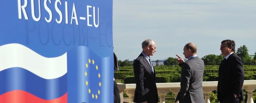 Putin und führende EU-Politiker stehen auf dem E.U- Russia Summit in St. Petersburg zusammen und diskutieren.