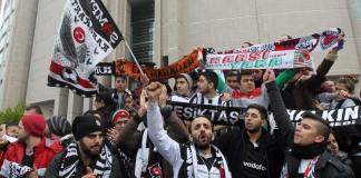 Eine Gruppe von Çarşı-Anhängern demonstriert vor dem Istanbuler Gerichtgebäude.