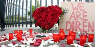 Kerzen, ein Herz aus Rosen und ein Pappschild mit dem Schriftzug «We Are Diren» haben Angehörige und Freunde des in den USA erschossenen Gastschülers Diren aus Hamburg am 02.05.2014 nach einem Trauermarsch vor dem US-Generalkonsulat in Hamburg abgelegt.