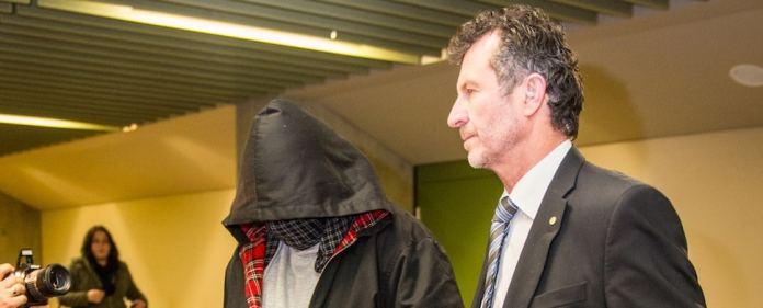"""Der ehemalige V-Mann """"Piatto"""" tritt verhüllt vor das Gericht."""
