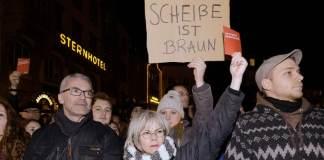 egendemonstranten protestieren in Bonn (Nordrhein-Westfalen) auf dem Marktplatz am 22.12 2014 gegen einen Aufmarsch der rechtspopulistischen «Pegida»-Bewegung. An der «Bogida»-Veranstaltung beteiligten sich nach Angaben der Polizei rund 200 Menschen.