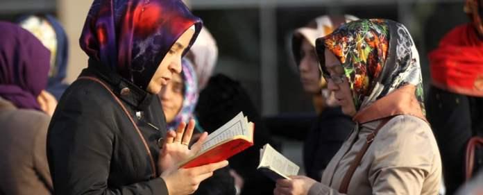 Frauen vor dem Istanbuler Gerichtsgebäude in Çağlayan lesen Koran und Gebetsbücher, während sie für die Freilassung der Journalisten demonstrieren.