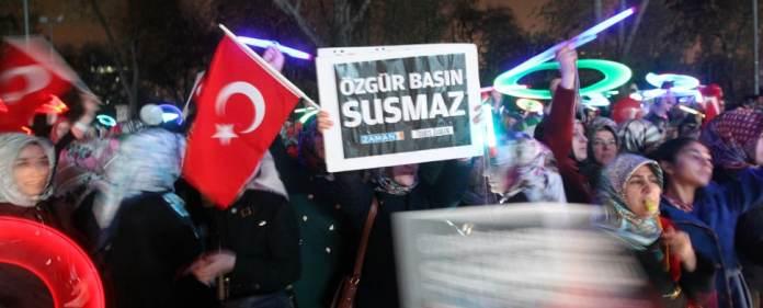 In der Türkei halten die Proteste wegen der Verhaftung der Journalisten am Sonntag an.