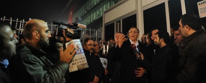 Vor der Zaman-Redaktion in Istanbul versammeln sich am Freitag Hunderte Menschen.