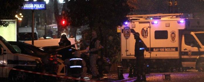 Kurz nach dem Anschlag sind türkische Ermittler am Anschlagsort, der Wache der Touristenpolizei in Sultanahmet mit der Spurensicherung beschäftigt: Die Spuren führen von Istanbul in den Kaukasus.