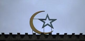 """In Frankreich verurteilen die Muslime das schreckliche Attentat auf das Satiremagazin """"Charlie Hebdo""""."""