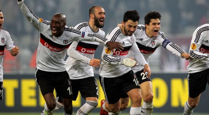 Die Beşiktaş-Spieler jubeln gegen Liverpool über den Einzug ins Achtelfinale der Europa League.