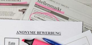 Der Vordruck für eine Anonyme Bewerbung ohne Foto, Name und Alter der Person liegt am 08.11.2010 in Schwerin (Mecklenburg-Vorpommern) auf Zeitungsseiten mit Stellenangeboten.