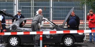 Ein PKW, in dem ein potenzieller Zeuge zum Mord an der Polizistin Kiesewetter verbrannt war, steht am 16.09.2013 auf dem Cannstatter Wasen in Stuttgart-Bad Cannstatt (Baden-Württemberg). In seinen Sitzungen am 2., 9. und 13. März 2015 will sich der Untersuchungsausschuss «Rechtsterrorismus/NSU BW» des baden-württembergischen Landtags mit dem Fall einer angeblichen Selbstverbrennung befassen. Der im Stuttgarter Stadtteil Bad Cannstatt zu Tode gekommene Mann war ein potenzieller Zeuge zum Mord an Kieswetter. Der Mann sei kurz vor seiner Aussage bei der Polizei in seinem Auto verbrannt.
