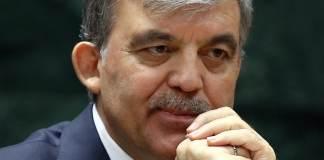 Der ehemalige türkische Staatspräsident Abdullah Gül schaut nachdenklich und hält seine Hände vor dem Kinn.