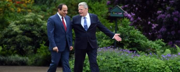Der ägyptische Präsident Abdel Fattah al-Sisi (l) und Bundespräsident Joachim Gauck gehen am 03.06.2015 durch den Garten des Schlosses Bellevue in Berlin auf dem Weg zu den militärischen Ehren. Bei seinem zweitägigen offiziellen Deutschland-Besuch wird der vor einem Jahr gewählte 60-Jährige Präsident von einer Wirtschaftsdelegation begleitet.