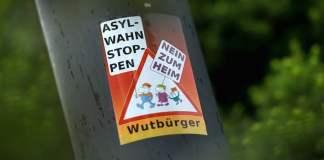 Seit Wochen sorgen die ausländerfeindlichen Proteste in Freital bei Dresden für Aufsehen. In der aufgeheizten Stimmung sollte eine Bürgerversammlung Druck vom Kessel nehmen. Gelungen ist das nicht.