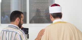 Der Imam der Marwa El-Sherbini Moschee, Abdulrahman Yousof (r), und der Moschee-Vorsitzende, Saad Elgazar, stehen am 01.07.2015 im Landgericht in Dresden (Sachsen) während des stillen Gedenkens an Marwa El-Sherbini vor einer Gedenktafel. Die Ägypterin Marwa El-Sherbini war am 1. Juli 2009 im Dresdner Landgericht in einer Verhandlung von einem Arbeitslosen erstochen worden - aus Rache und Islamfeindlichkeit.