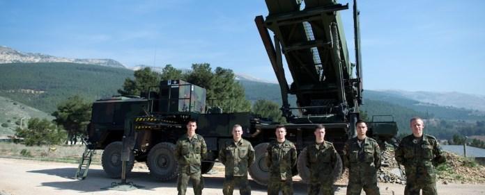 Mehrere Bundeswehrsoldaten stehen vor einer Patriot-Batterie in der Türkei.