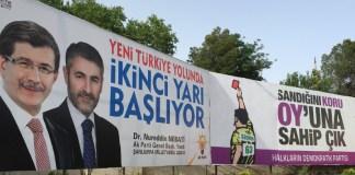 Wahlplakate von AKP und HDP