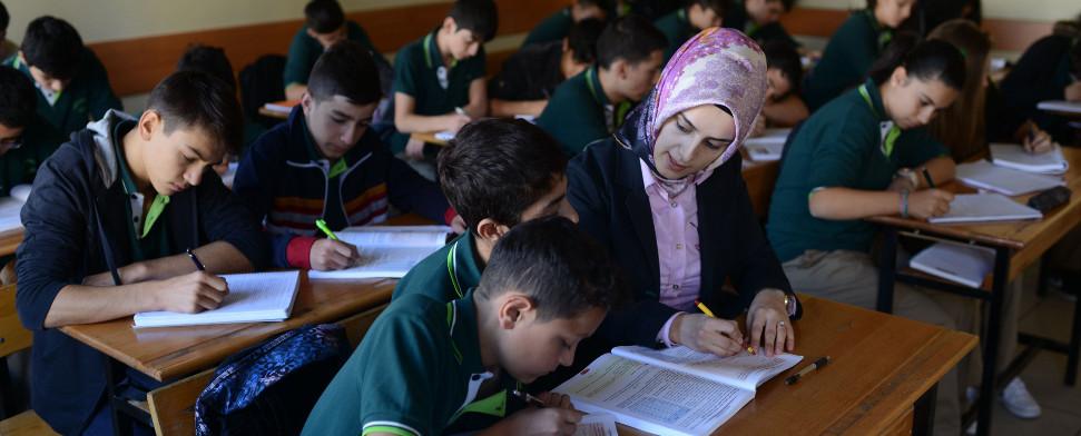 Kopftuch Niedersachsen - Berlin: Gymnasium stellt muslimische Kopftuchträgerin ein