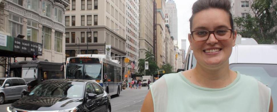 """Lara-Zuzan Golesorkhi, aufgenommen am 30.06.2015 in New York. Die 27-j‰hrige Stuttgarterin studiert in den USA, aber die Debatten um die Diskriminierung muslimischer Frauen in Deutschland verfolgt sie genau. Mit einer Kampagne will die junge Stuttgarterin jetzt dagegen angehen - und hat daf¸r jetzt einen hoch dotierten UN-Preis bekommen. Foto: Christina Horsten/dpa (zu dpa """"Junge Deutsche gewinnt UN-Preis f¸r Anti-Diskriminierungs-Kampagne vom 01.09.2015)"""
