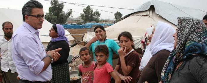 Psychologe Jan Kızılhan mit jesidischen Flüchtlingen im Nordirak
