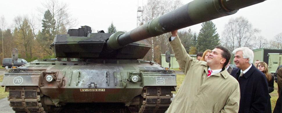Sigmar Gabriel besichtigt einen Panzer