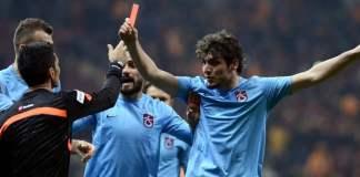 Salih Dursun (re.) zeigt dem Schiedsrichter im Spiel Galatasaray gegen Trabzonspor die rote Karte.