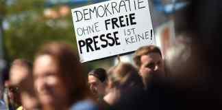 """Eine Teilnehmerin einer Demonstration von Unterstützern des Internetportals Netzpolitik.org hält am 01.08.2015 in Berlin bei der Demonstration ein Schild """"Demokratie ohne freie Presse ist keine!"""" in der Hand. Foto: Britta Pedersen/dpa (zu dpa-Themenpaket «Tag der Pressefreiheit» vom 20.04.2016) +++(c) dpa - Bildfunk+++"""