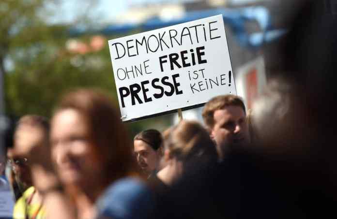Eine Teilnehmerin einer Demonstration von Unterstützern des Internetportals Netzpolitik.org hält am 01.08.2015 in Berlin bei der Demonstration ein Schild