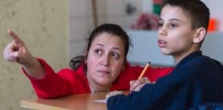 """Lehrerin Anja Gesthüsen spricht am 09.03.2016 während des Unterrichts im Elly-Heuss-Knapp-Gymnasium in Duisburg (Nordrhein-Westfalen) mit dem zwölfjährigen Flüchtlingsjungen Rumen. An dem Gymnasium werden Flüchtlingskinder im Rahmen eines Pilotprojekts in Internationalen Klassen (IK) unterrichtet mit dem Ziel, sie ins deutsche Bildungssystem zu integrieren. Foto: Monika Skolimowska/dpa (zu dpa/lnw """"Flüchtlinge an Schulen - Gymnasium in Duisburg-Marxloh geht neue Wege"""" vom 05.04.2016) +++(c) dpa - Bildfunk+++"""