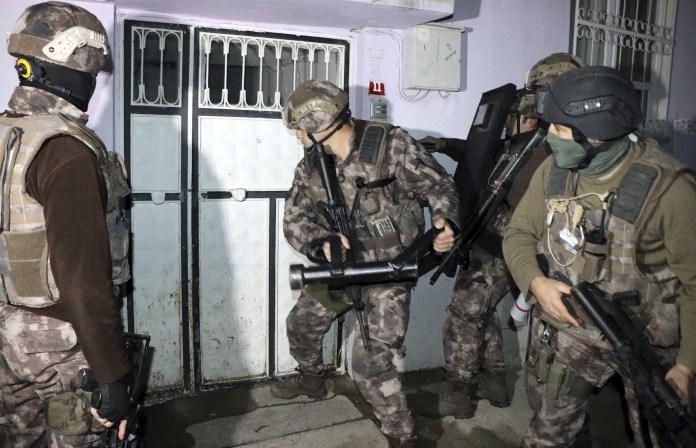 türkische Polizisten bei einer Razzia gegen die Terrormiliz IS