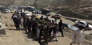 Afghanische Männer beerdigen am 21.10.2017 in Kabul eines der Opfer des Selbstmordanschlags auf eine schiitische Moschee. Die Terrormiliz Islamischer Staat (IS) hat den Anschlag auf eine Moschee in der afghanischen Hauptstadt Kabul mit fast 40 Toten für sich reklamiert.