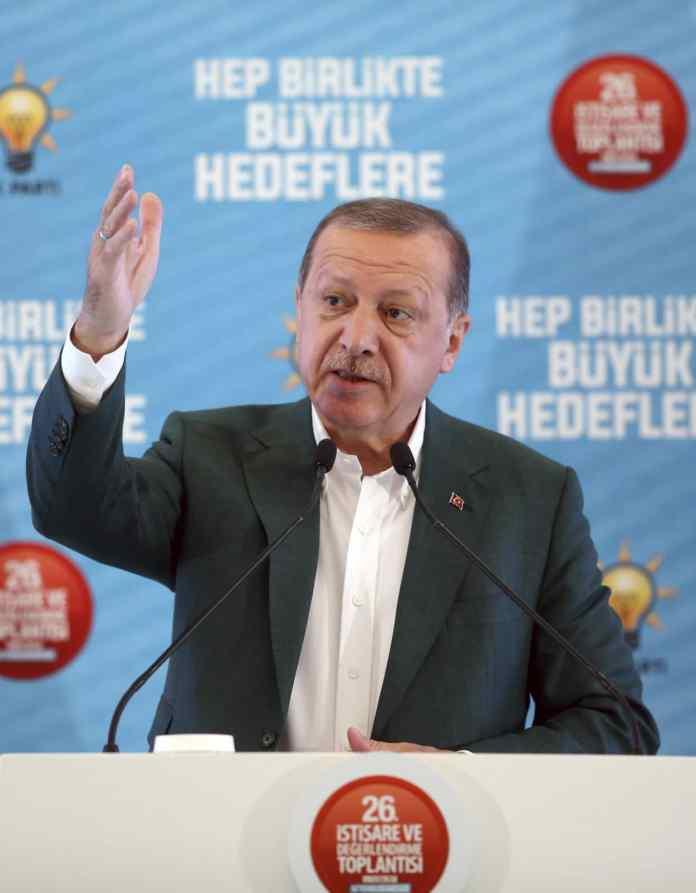 HANDOUT - Ein vom Presidency Press Service zur Verfügung gestelltes Foto vom 07.10.2017 zeigt den türkischen PräsidentenRecep Tayyip Erdogan, der auf einer Konferenz seiner Partei in Afyonkarahisar (Türkei) eine Rede hält. Erdogan kündigte einen Einsatz türkischer Truppen in der einzigen noch von Rebellen beherrschten nordsyrischen Provinz Idlib an.