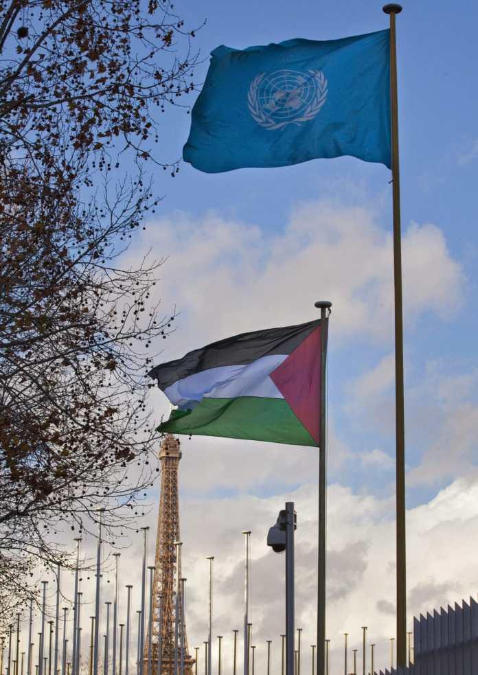 Palaestinensische Flagge vor der UNESCO