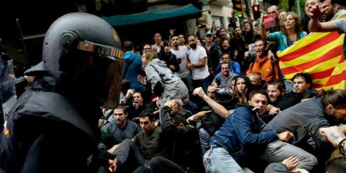 Spanische Polizisten stoßen am 01.10.2017 in Barcelona, Spanien, mit Pro-Referendum Demonstranten zusammen. Nach dem von Polizeigewalt überschatteten Referendum in Katalonien hat Regierungschef Carles Puigdemont die Loslösung der Region von Spanien eingefordert.