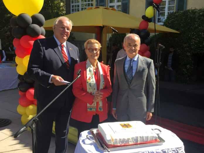 Der deutsche Botschafter in der Türkei, Martin Erdmann (l-r), seine Frau Marion Erdmann und der Chef von Siemens in der Türkei, Hüseyin Gelis, stehen am 06.10.2017 hinter einer Geburtstagstorte mit dem Bundesadler bei den Feierlichkeiten zum Tag der deutschen Einheit heute in der Botschaft in Ankara.