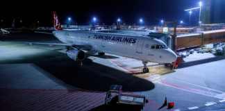 Ein Airbus 321-200 der Turkish Airlines steht am 26.10.2017 nach der Landung am Terminal des Flughafens Berlin-Tegel. Nach mehr als dreimonatiger Untersuchungshaft in der Türkei ist der deutsche Menschenrechtler P. Steudtner nach Berlin zurückgekehrt.