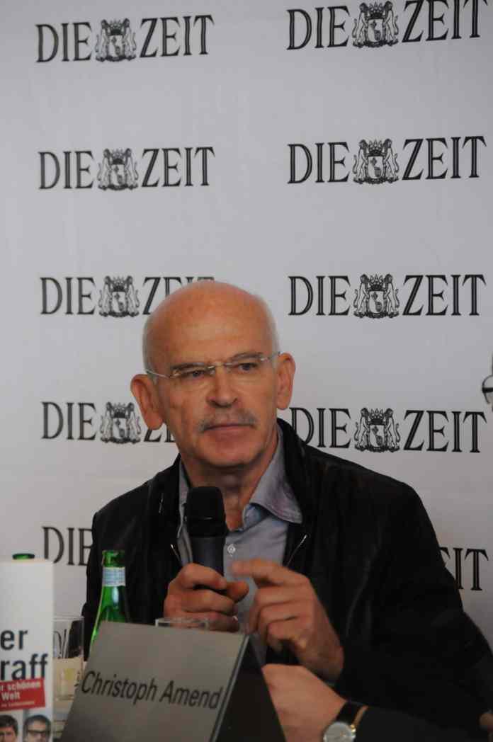 Der Undercover-Journalist Günter Wallraff während einer Podiumsdiskussion.