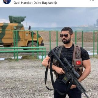 Taner Ay posiert mit schweren Waffen