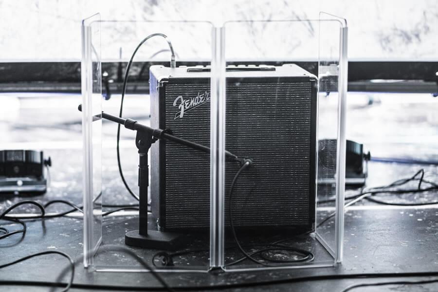 ギターアンプにマイクをたてて録音