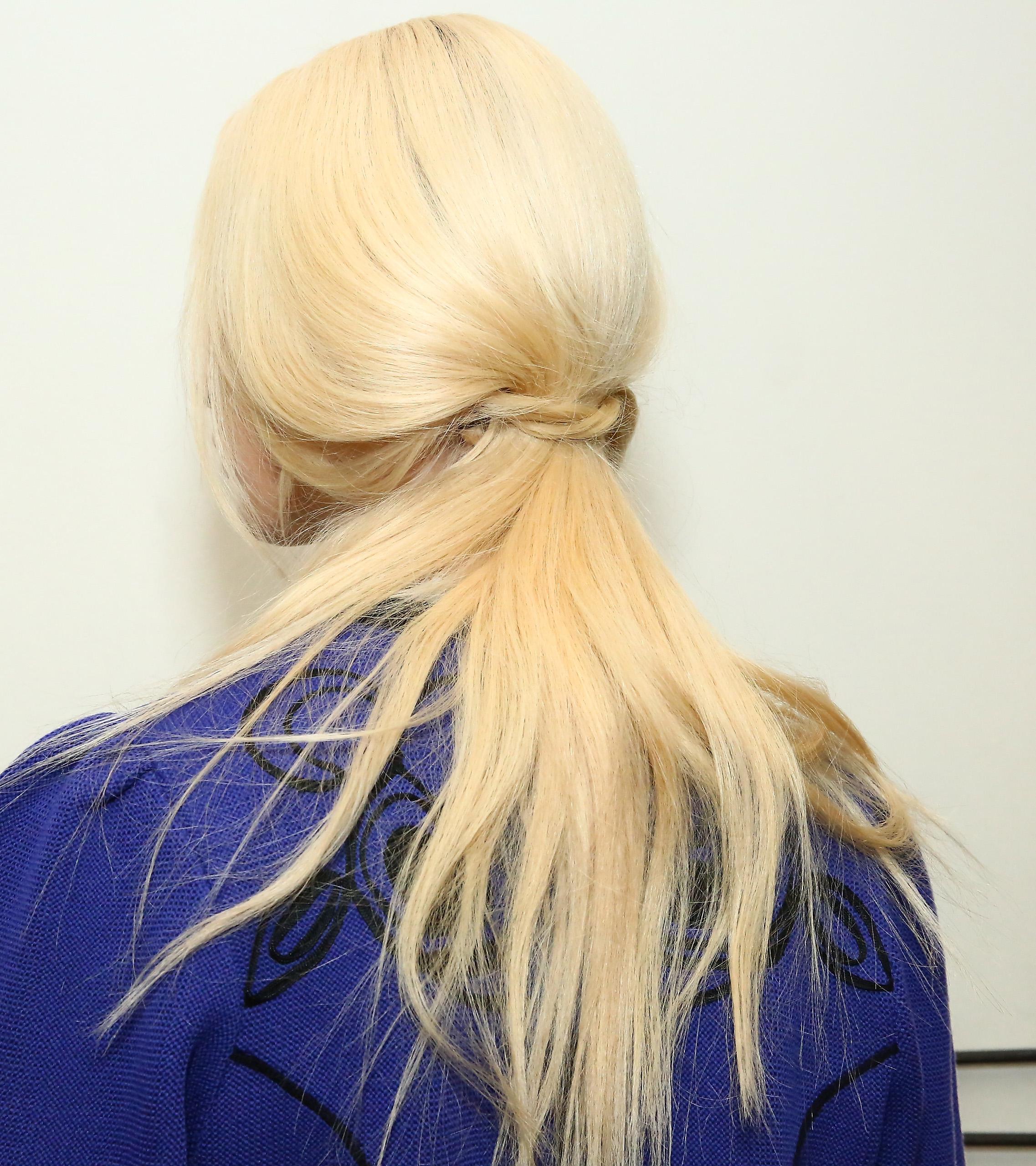peinados para cabello largo cola de caballo baja con nudo