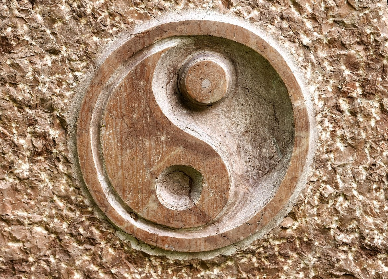 yin yang gravé dans la pierre